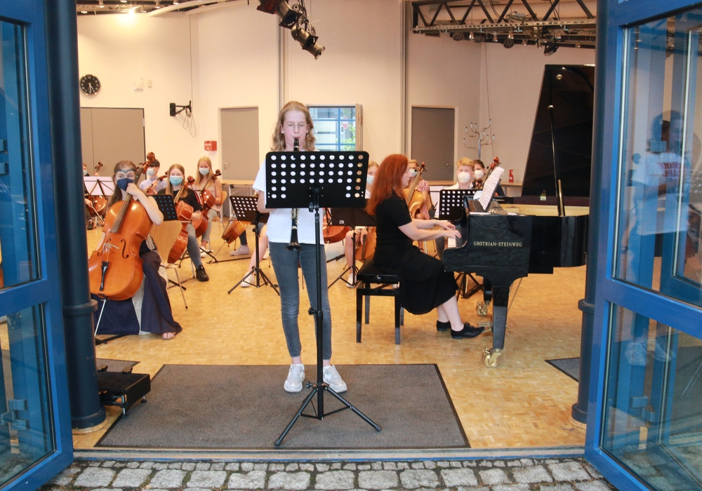 Nikola Kügler begeisterte das Publikum mit ihrer Klarinette. Sie wurde von Olga Galter am Klavier begleitet. Im Hintergrund wartet das Cello Ensemble Strong Strings auf seinen Auftritt.