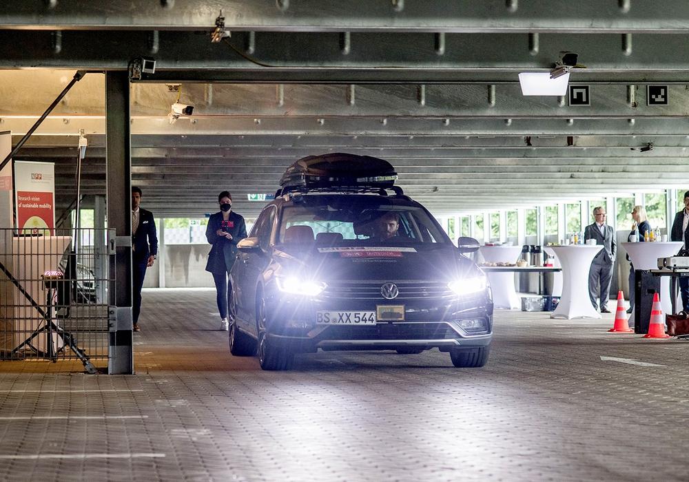 Projekt SynCoPark: Forschungsfahrzeug der TU Braunschweig mit eingriffsbereitem Sicherheitsfahrer bei einer Live-Demonstration zum automatisierten Einparken im Parkhaus.
