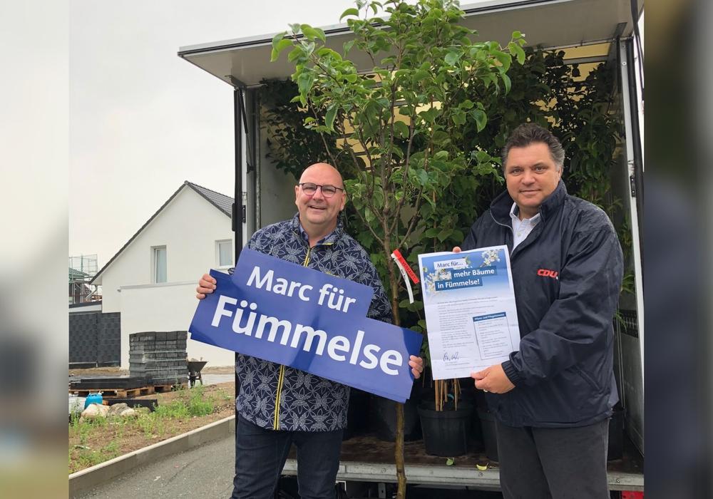 Ein LKW voller Bäume. CDU-Ortsbürgermeisterkandidat Marc Angerstein und CDU-Landratskandidat Uwe Schäfer verteilten im Fümmelser Neubaugebiet 30 Obstbäume.