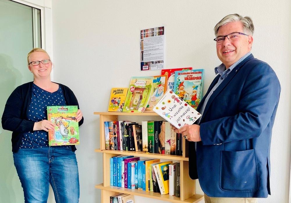 Andreas Otto, GWG-Geschäftsführer und Tanja Hofmann, GWG-Sozialmanagement vor dem Büchertauschregal.