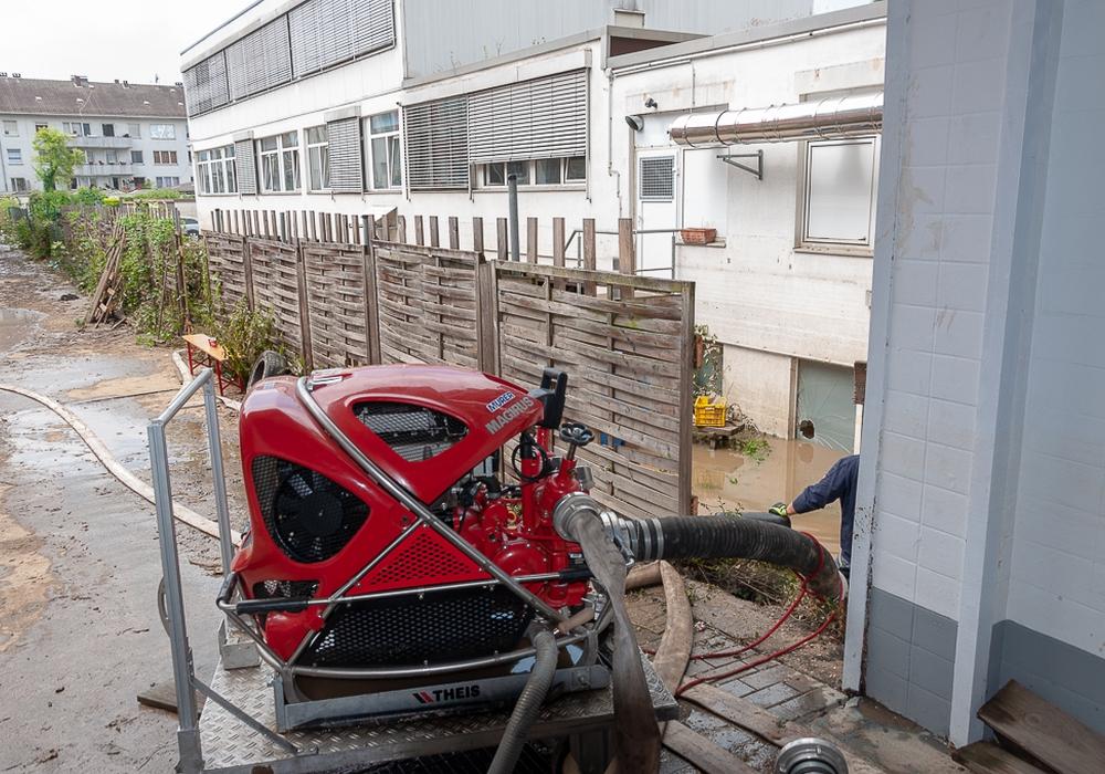 Einsatz einer tragbaren Pumpe (Tragkraftspritze) im Hinterhof.