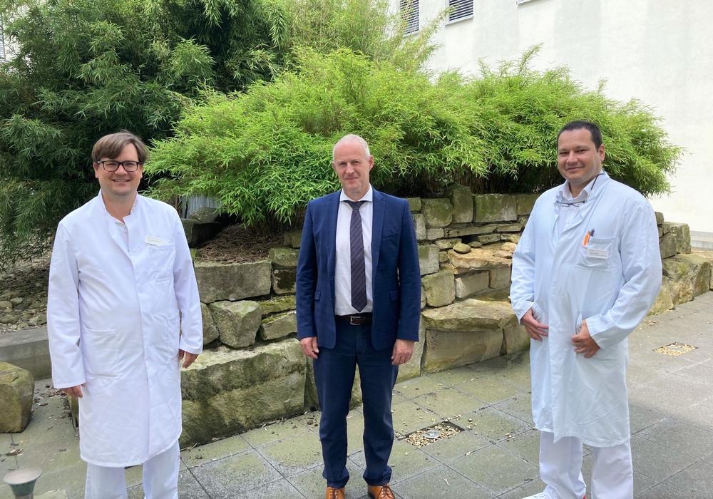 Geschäftsführer Matthias Hahn und Chefarzt für Allgemein- und Viszeralchirurgie Dr. Sven Müller begrüßen Oguz Coskun (rechts) am Helios Klinikum Gifhorn.