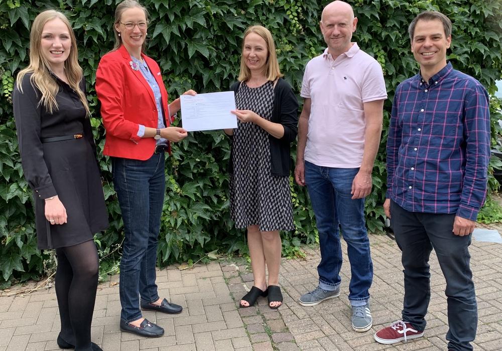 Vertreter des BUW und des Ladies Circle 26 Wolfenbüttel bei der Spendenübergabe.