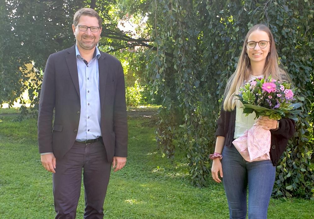 Samtgemeindebürgermeister Marco Kelb gratuliert Sarah Schlycht zur bestandenen Ausbildung zur Verwaltungsfachangestellten.