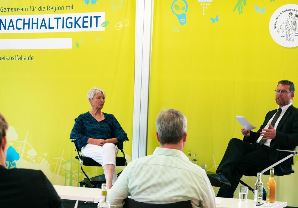 Landrätin Christiana Steinbrügge und Prof. Dr. iur. Kai Litschen im Gespräch