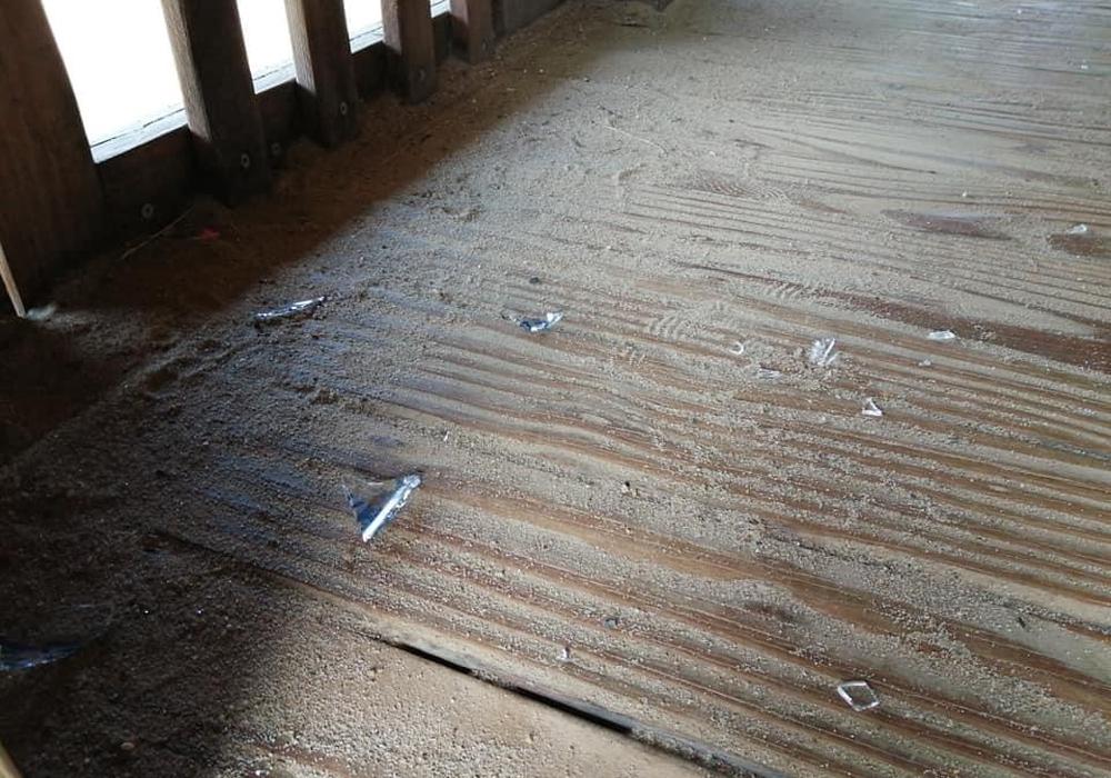 Die Scherben wurden im selben Spielgerät gefunden. Nur diesmal nicht unten auf der Fläche der Rutsche, sondern innerhalb des Häuschens.