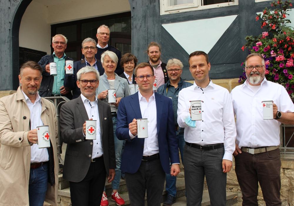 Vordere Reihe: Die Bürgermeisterkandidaten Ivica Lukanic, Stefan Brix, Dr. Adrian Haack, Dennis Berger mit Thomas Stoch (Leiter DRK ITZ) sammelten mit Horst Kiehne (DRK), Bürgermeister Thomas Pink, Landrätin Christiana Steinbrügge, Heiner Schumacher und  Heike Kanter (DRK) sowie dem Landratskandidaten Leonard Pröttel und Uwe Rump-Kahl (DRK) Spenden für die Flutopfer.