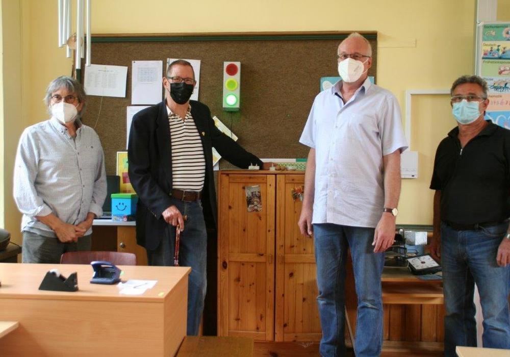 Schulleiter Ulli Kleinfeldt (zweiter von rechts) von der Destedter Grundschule erläutert den Grünen die Infektionsampel. Von links: Dr. Diethelm Krause-Hotopp, Horst Gilarski und Giovanni Guarascio.