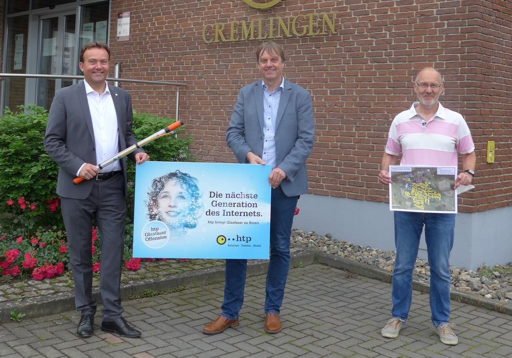 htp-Geschäftsführer Thomas Heitmann (links) erläuterte Bürgermeister Detlef Kaatz (Mitte) und Cremlingen Ortsbürgermeister Jens Drake (rechts) bei seinem Besuch in der Gemeinde die Vermarktung der Glasfaser-Anschlüsse und die genauen Konditionen.
