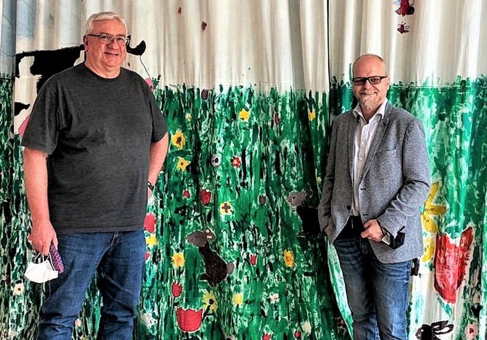 Ortsrats- und Gemeinderatskandidat Frank Denecke (li.) und Bürgermeisterkandidat Tobias Breske in der Aula der Sandbachschule in Schandelah.