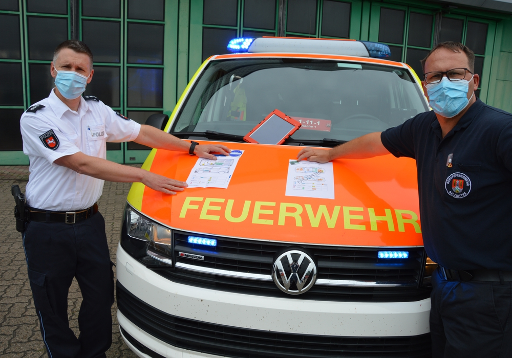Matthias Pintak (der Polizeiinspektion SZ/PE/WF) und Marcus Spiller (Leiter Berufsfeuerwehr Salzgitter) stellten die Rettungskarten vor.