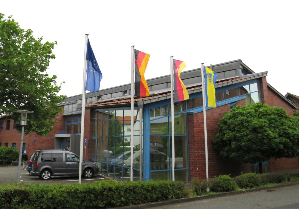 49 Jahre Gemeinde Lehre – aus diesem Grund wehen heute vor dem Rathaus auch die Flaggen.