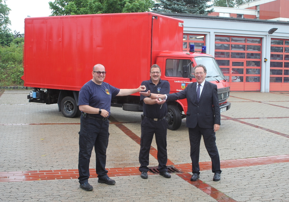 Von links nach rechts: Andreas Meier, Präsident Deutsche Feuerwehrhilfe e.V., Kreisbrandmeister Olaf Kapke und der erste Kreisrat Wolfgang Herzog.