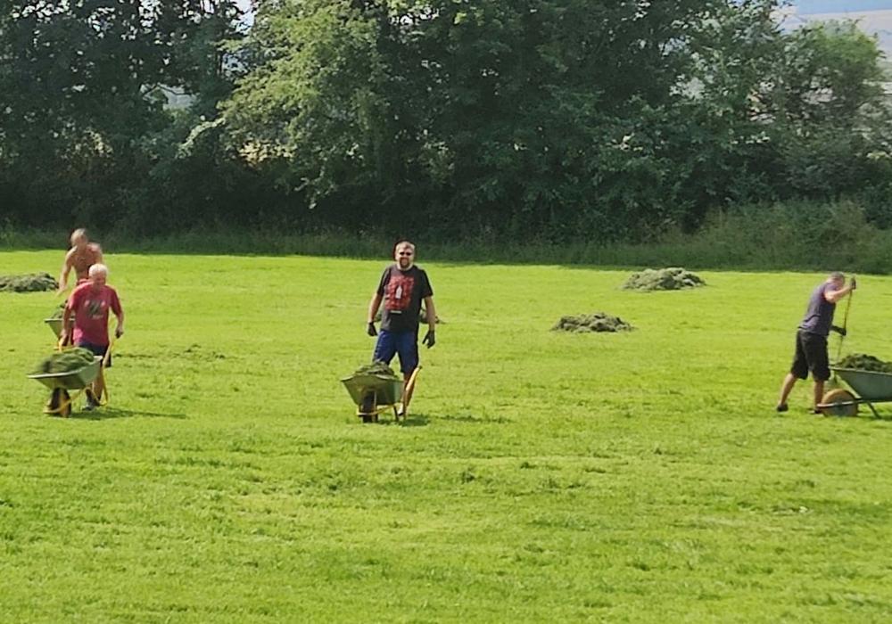 Der Rasen wurde vom frisch gemähten Gras befreit.