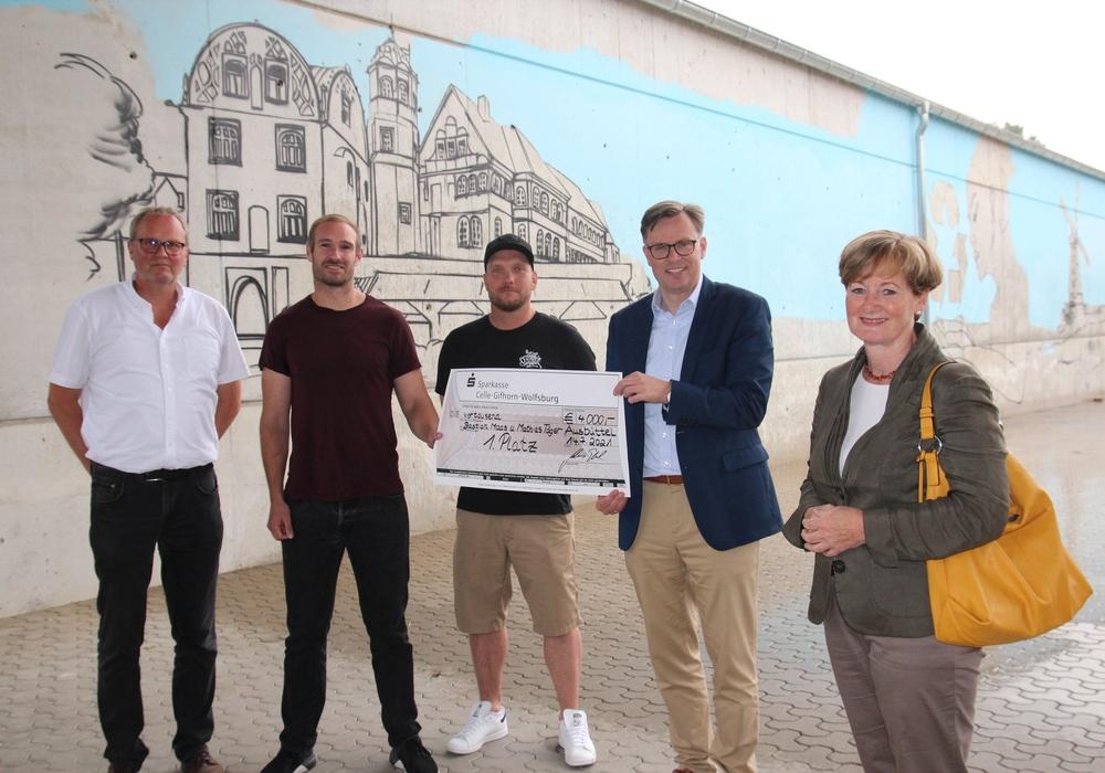 Torsten Möllenbernd, Bastian Maas, Matthias Täger, Landrat Dr. Andreas Ebel, Gunhild Posselt. Im Hintergrund das bereits begonnene Kunstwerk.
