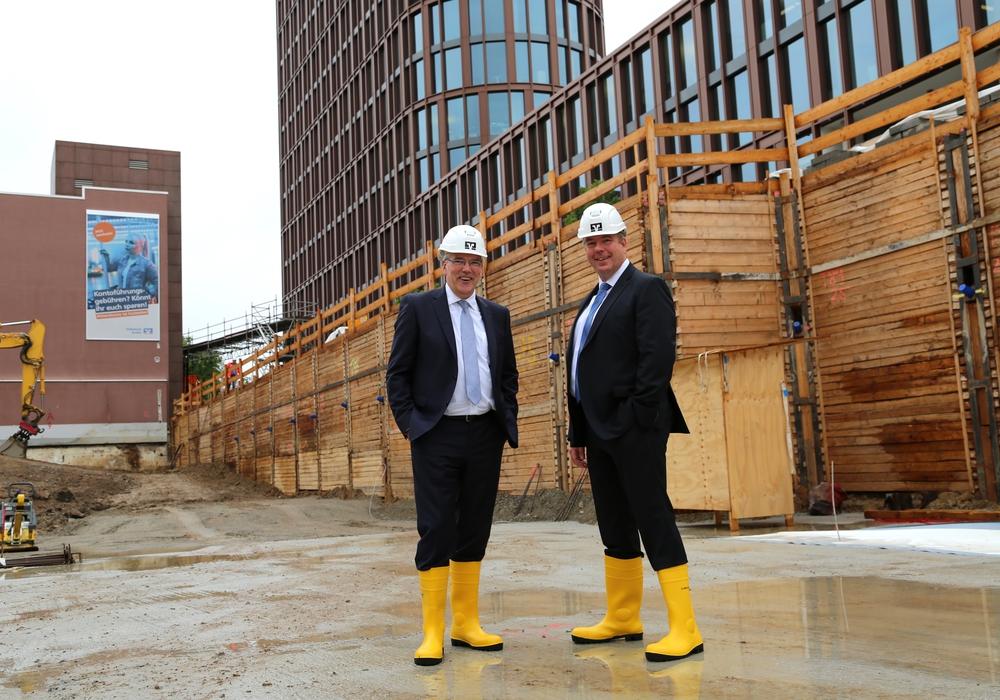 Die beiden Geschäftsführer der neugegründeten BraWoBau GmbH Ulf Müller (l.) und Sven Krause auf der Baustelle des BusinessCenter III, das im Braunschweiger BraWoPark entsteht.
