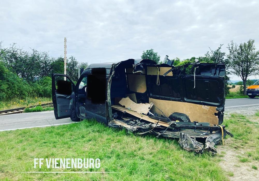 Der Transporter wurde regelrecht aufgerissen bei dem Unfall.