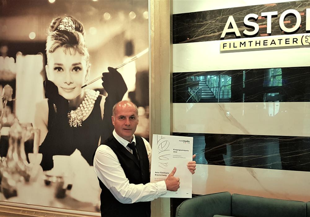 Frank Oppermann mit der Urkunde des Kinoprogrammpreises für das Astor Filmtheater.