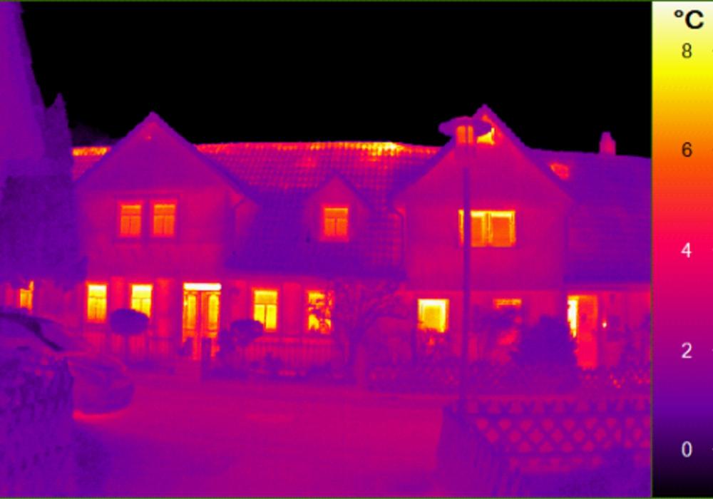 Mithilfe einer Thermografie-Kamera können energetische Verluste an der Gebäudehülle sichtbar gemacht werden, wie hier z.B. die Wärmeverluste über Fenster und Dach eines denkmalgeschützten, teilsanierten Fachwerkhauses aus dem 18. Jahrhundert mit Holzverkleidung, Innendämmung und mit Isolierverglasten Fenstern.