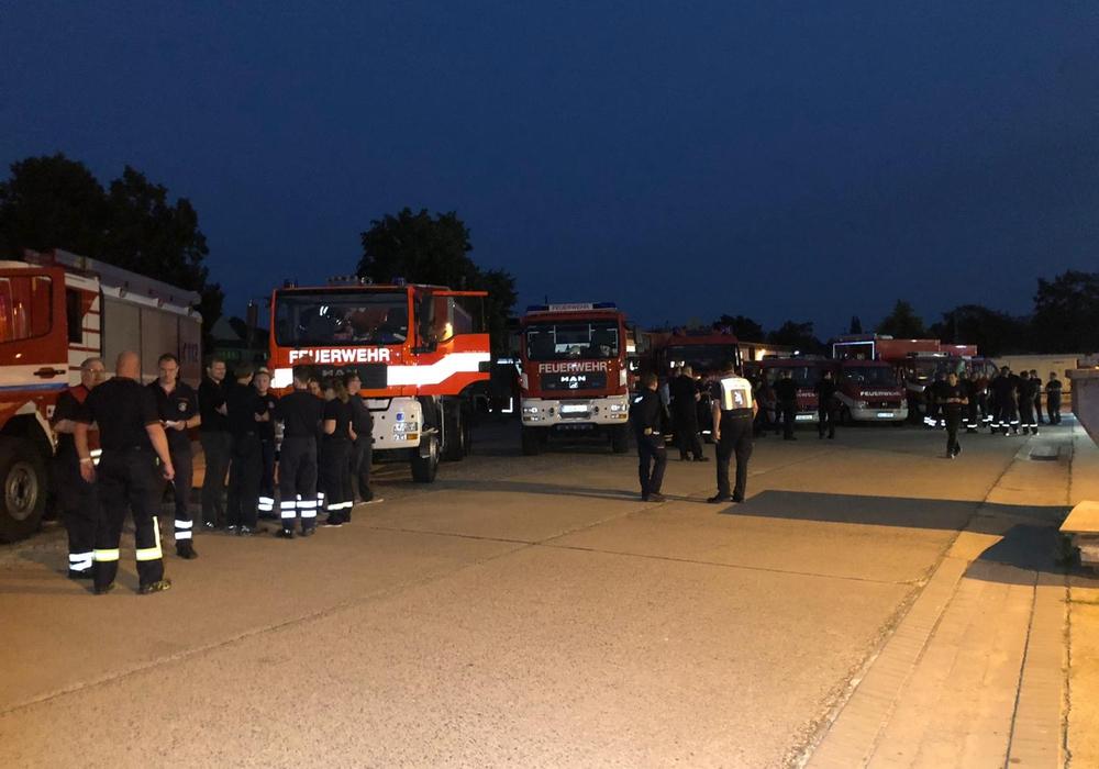Die Einsatzkräfte bereiten sich auf die Abfahrt nach Nordrhein-Westfalen vor.
