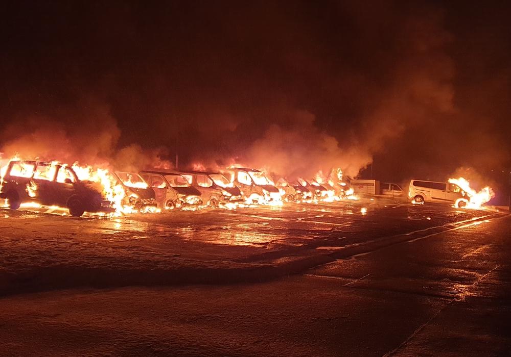 An der LAB in Braunschweig wurden zehn Dienstfahrzeuge und einen Anhänger in Brand gesetzt.