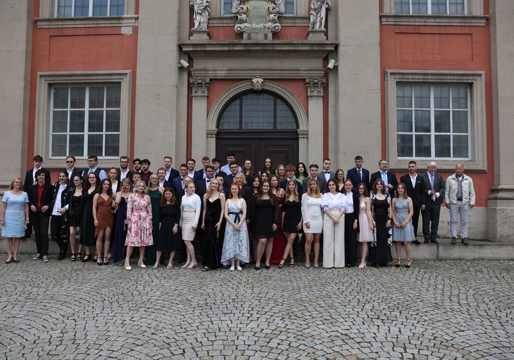Die Absolventen der IGS Wallstraße vor der Trinitatiskirche