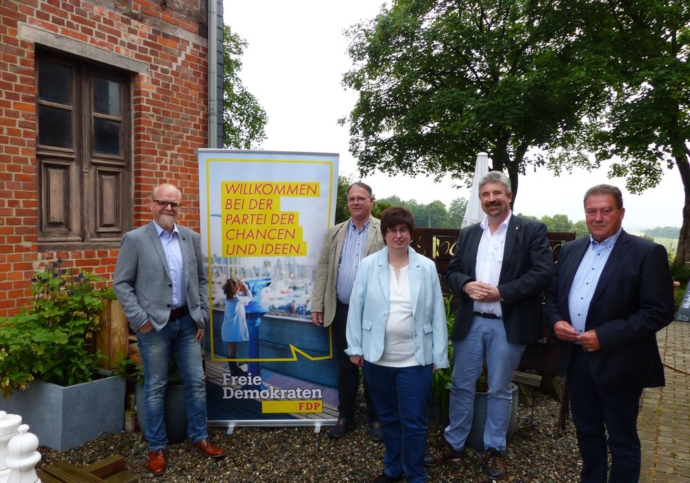 Sie sind sich einig, dass ihre Ziele zusammenpassen. Von links: Tobias Breske (CDU-Bürgermeisterkandidat), Oliver Düber, Simone Schidlowski, Gunnar Senst (FDP Cremlingen) und Uwe Lagosky (CDU).