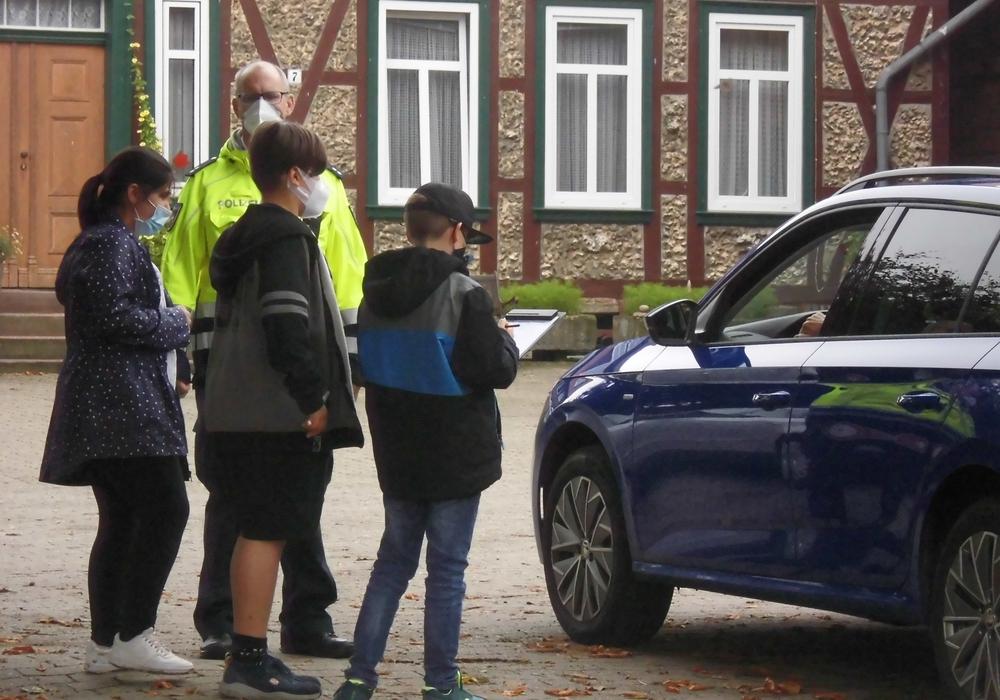 Schulkinder bei der Befragung zur Geschwindigkeitsüberprüfung,