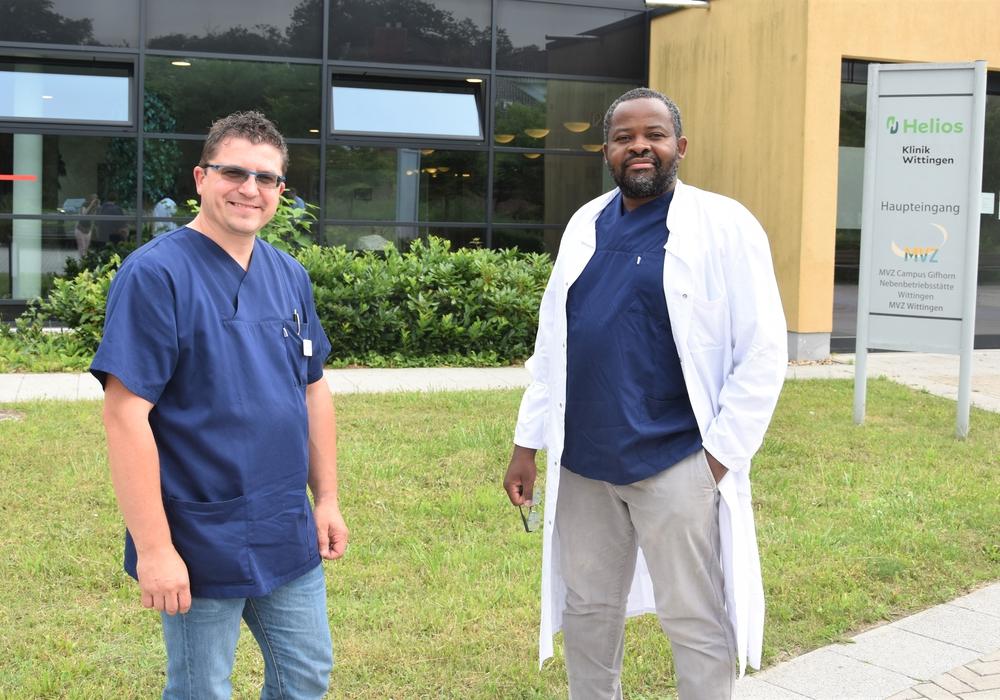Serge Olivier Nkouei (rechts) ist Chefarzt der neuen Abteilung für Geriatrie an der Helios Klinik Wittingen. Dejan Gacov steht ihm als Oberarzt zur Seite.