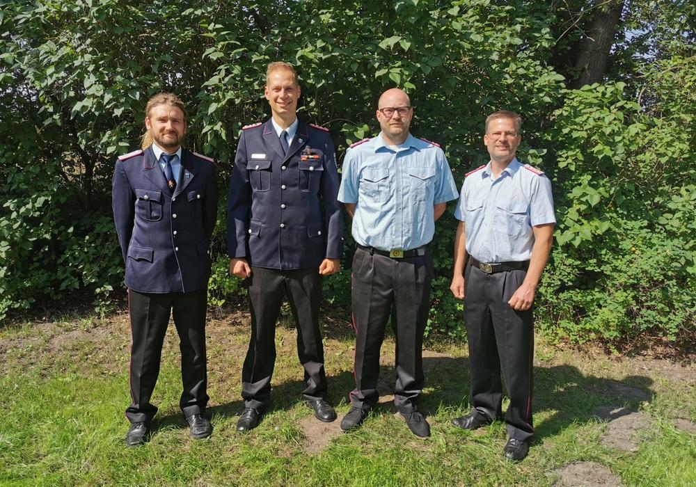 Ortsbrandmeister Renè Heuer (links) und der Samtgemeindebrandmeister Sven J. Mayer (rechts) mit Jasper Allermann (2.v.l.) und seinem Nachfolger Sascha Prause.