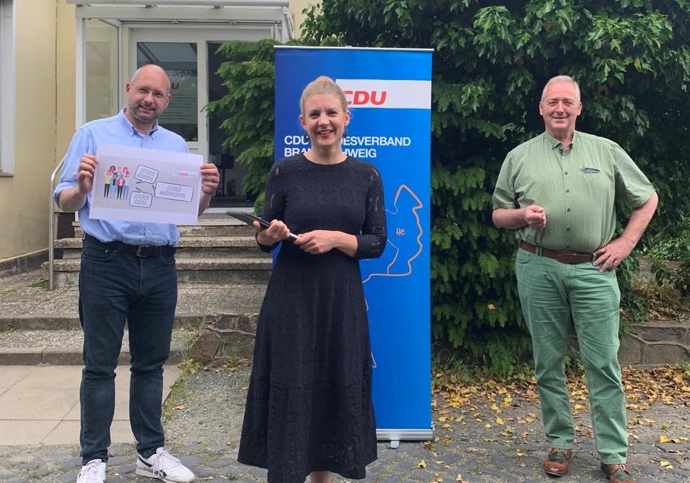Landesvorsitzender Frank Oesterhelweg MdL, Arbeitskreisvorsitzende Ann-Marie Klaas und Landesgeschäftsführer Andreas Weber präsentieren die Mitgliederumfrage vor dem CDU-Haus in Braunschweig.