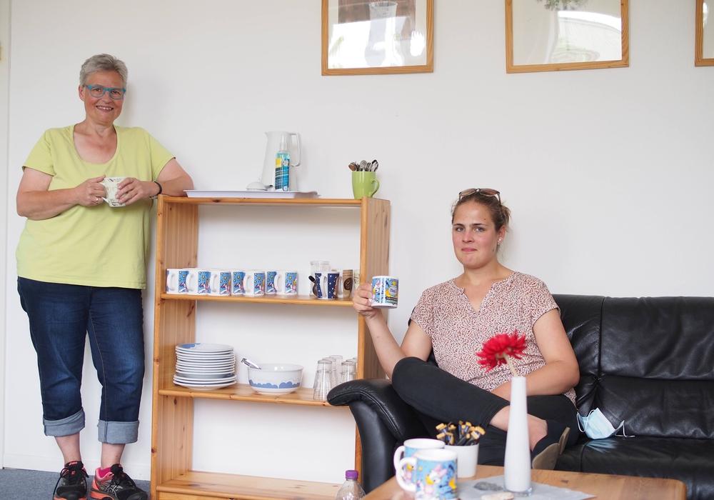 Einrichtungsleiterin Christine Bremer (links) und Sozialarbeiterin Julia Martin (rechts) in den Räumlichkeiten der neuen Psychosozialen Beratungs- und Kontaktstelle (PSB)