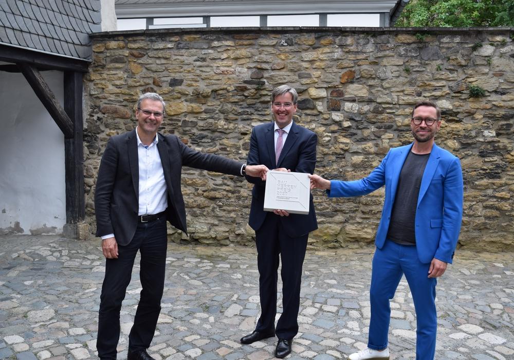 Robert Marlow, Präsident der Architektenkammer Niedersachen, Oberbürgermeister Dr. Oliver Junk und Alexander Gutzmer präsentieren den symbolischen Bauherrenpreis