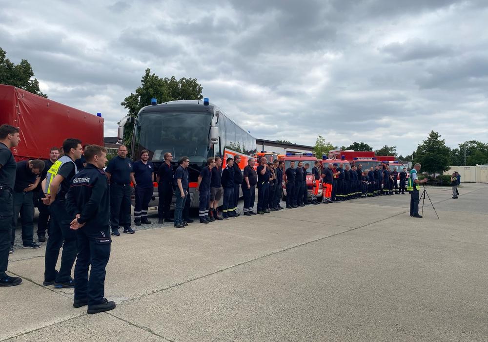 Am Nachmittag wurden die Einsatzkräfte an der Feuerwache empfangen.
