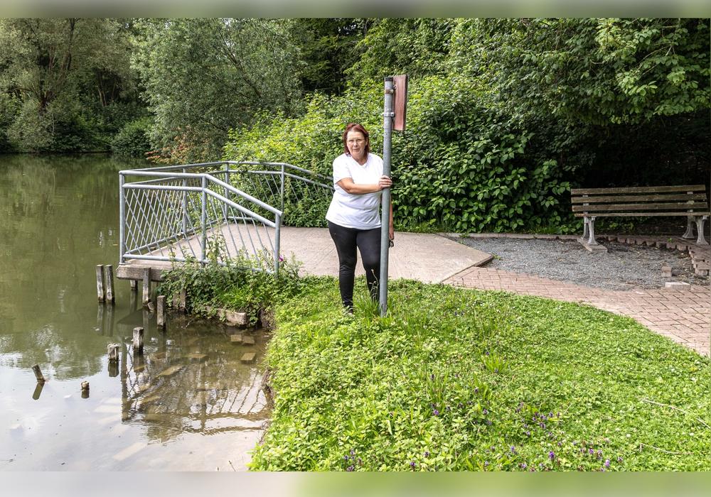 Rechts das entfernte Pflaster, links die Steine im Mühlenteich, in der Mitte die stellvertretende Ortsbürgermeisterin Inge Pelzer.