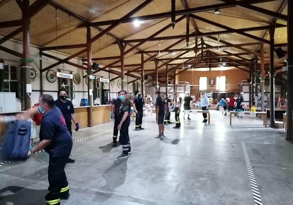 Mitglieder der Freiwilligen Feuerwehren bildeten eine Menschenkette, um die Hilfsgüter in das Schützenhaus an der Oker in Schladen zwischenzulagern.