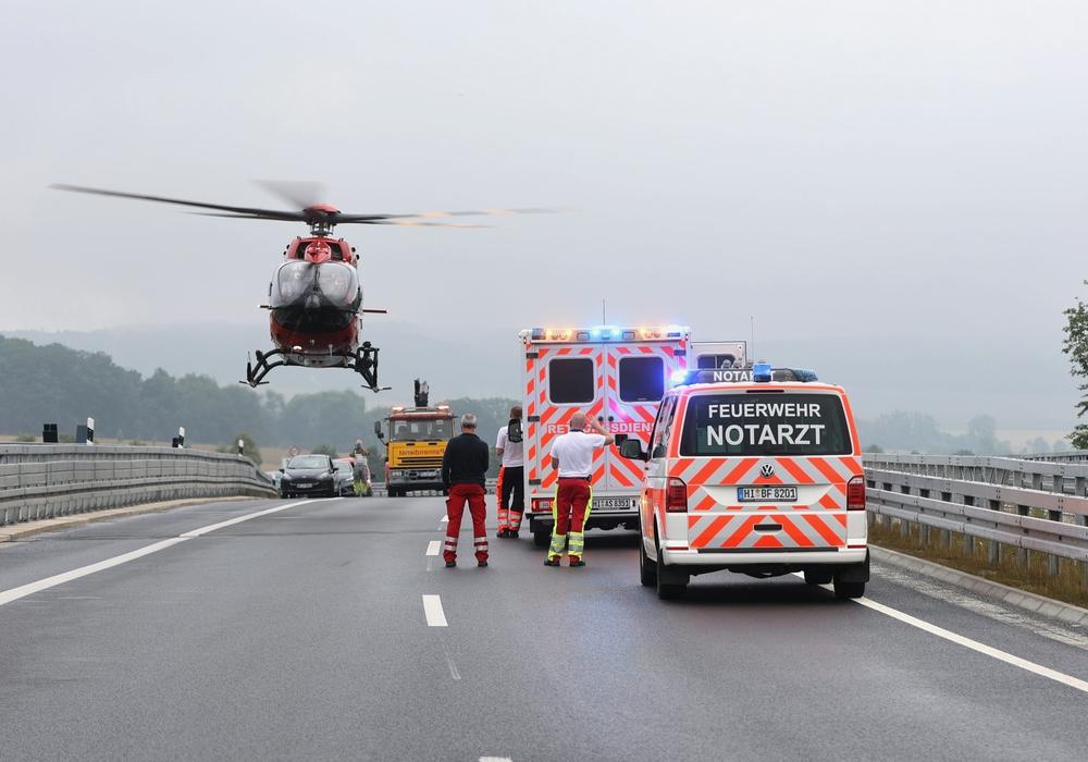 Der Rettungshubschrauber landet auf der Brücke über die A7.