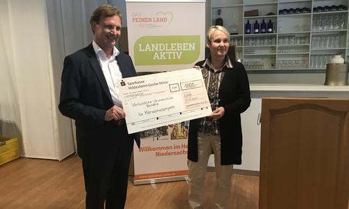 Gewinner Schulwettbewerb: Michael Glenewinkel (Sparkasse) und Claudia Wiegand (VGS Bortfeld).