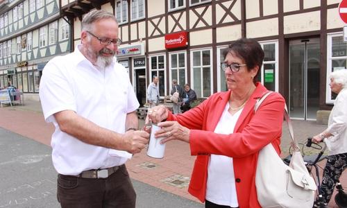 Thomas Stoch vom DRK freut sich über die Spende, die Ingrid Bachmann in die Sammeldose steckte.