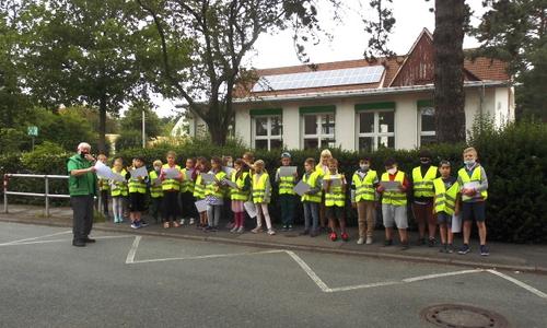 Die Kinder auf dem sicheren Schulweg.