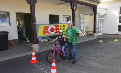 Klaus Seiffert und eine Schülerin auf dem Fahrradparcours.