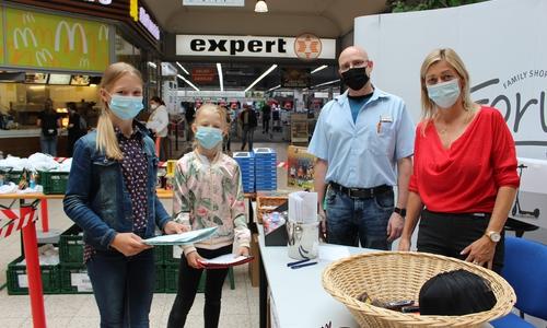 Jula und ihre Schwester Theda gaben bei Sören Albrecht-Wilk und Karina Karger ihre Zeugnisse ab.