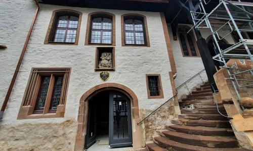 Einer der beiden Eingänge für Besucher. Die Treppe führt direkt in die Ratsdiele.