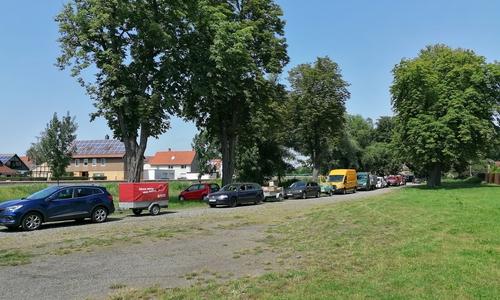 In einem Konvoi lieferten die Feuerwehrleute die Hilfsgüter aus den Gerätehäusern zum Schützenhaus in Schladen.
