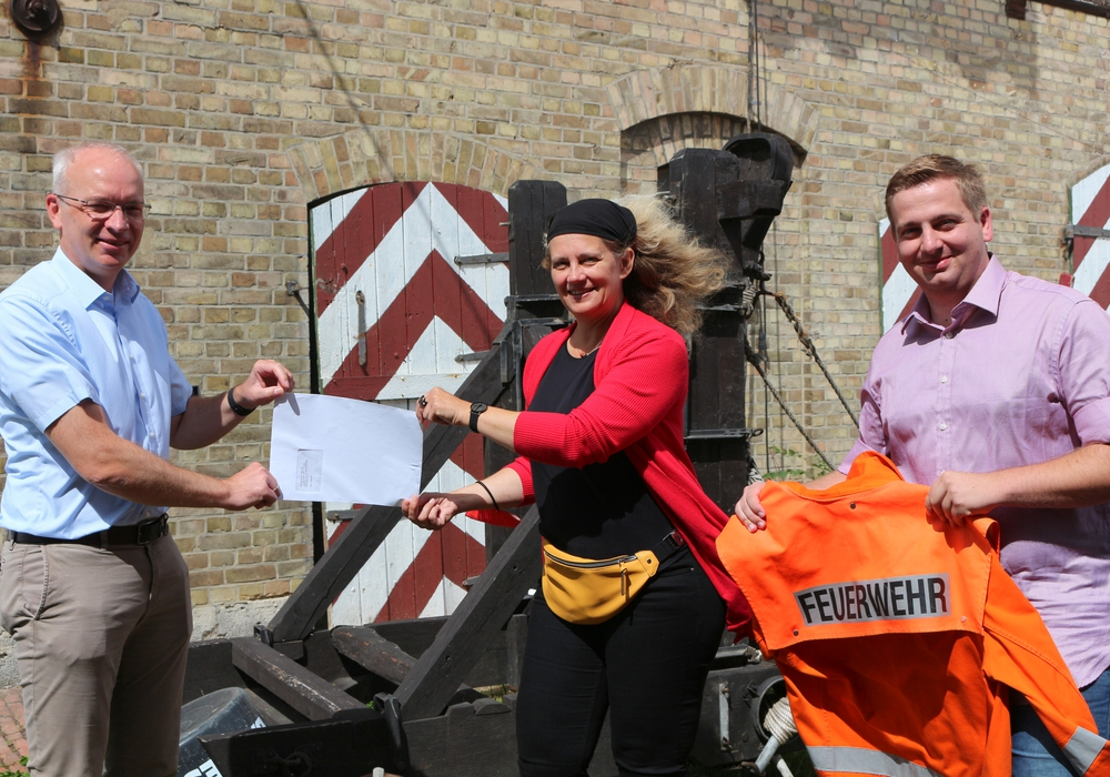 Von rechts: Jan-Phillipp Preißner und Susanne Fahlbusch beim Überreichen des Antrags an den Samtgemeindebürgermeister Marc Lohmann