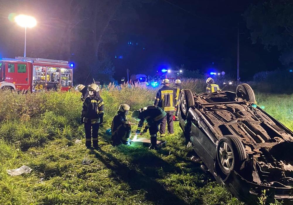 Die Feuerwehr befreite den Fahrer aus seinem Fahrzeug.