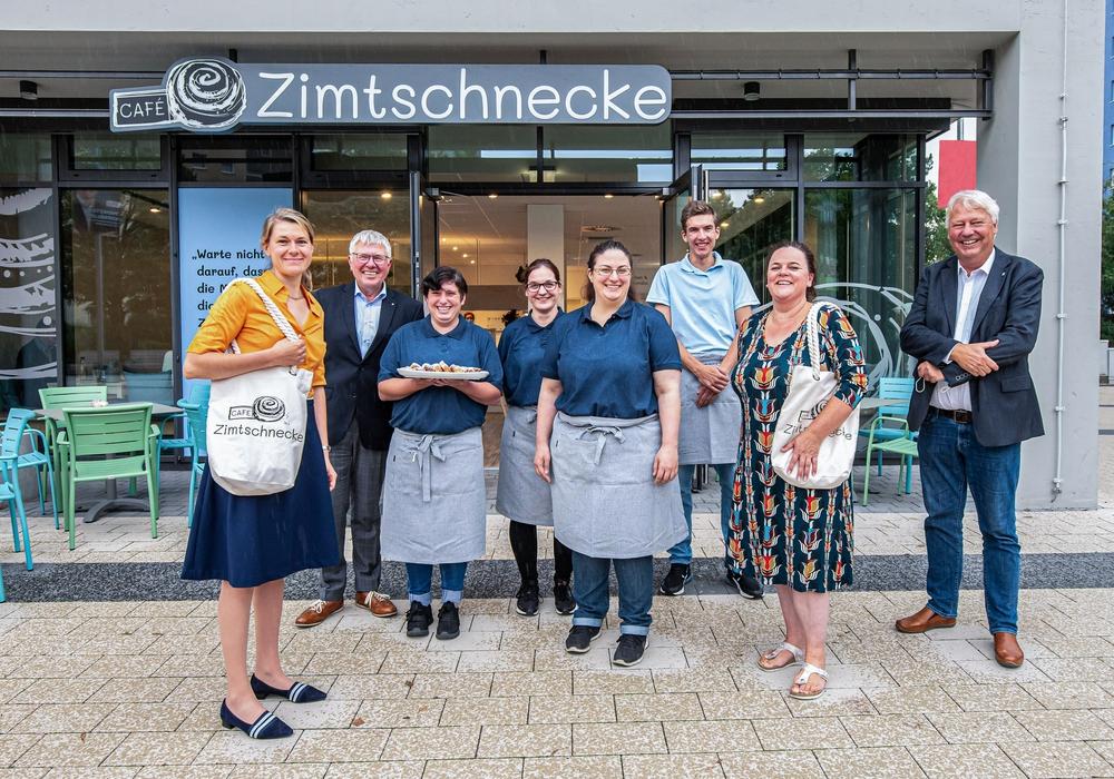 Freuen sich über die Eröffnung des neuen Cafés am Alsterplatz: die Kooperationspartner Nibelungen-Wohnbau und Lebenshilfe Braunschweig. Es ist das dritte inklusive Café der Lebenshilfe Braunschweig in der Stadt.