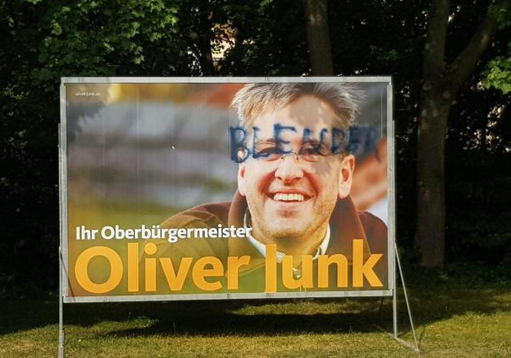 Wahlplakate werden oftmals Ziel von Vandalismus - hier hat es Goslars Oberbürgermeister Dr. Oliver Junk getroffen