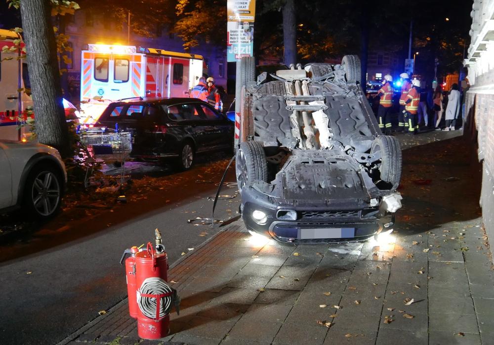 Das Auto war gegen die Mauer geprallt und hatte sich überschlagen.