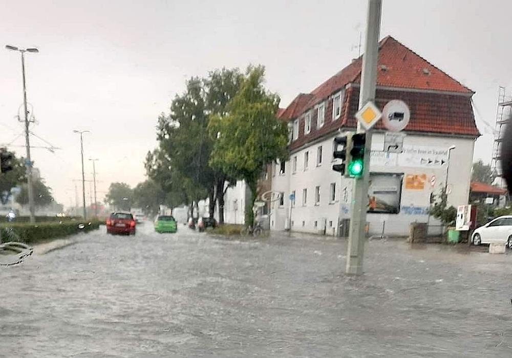 Auch viele Straßen standen unter Wasser.